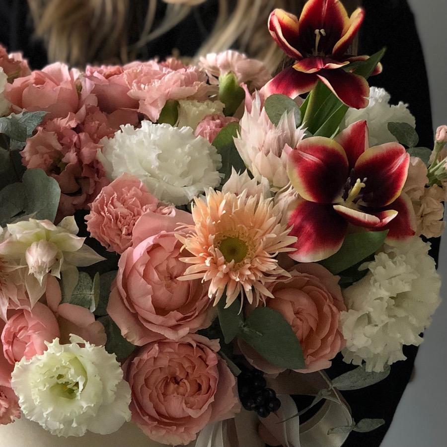 """Цветы в коробке М """"Карамельный чизкейк"""" №0822"""